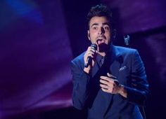 """Marco Mengoni goes acoustic with """"L'essenziale"""" – Watch the performance from last night"""