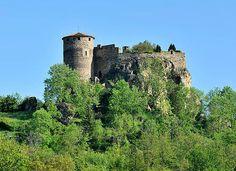 Le château de Busséol La bâtisse du XIIe siècle est située sur la commune de Busséol près de Vic-le Comte dans le Puy-de-Dôme. Sa construction, sur les restes d'un camp romain du IIe siècle, remonte à 1170.