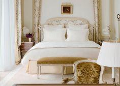 Les Chambres Supérieures résument, avec leur décor soigné, l'élégance intemporelle du Ritz Paris. Spacieuses et ouvertes sur le calme de la rue Cambon ou de la Terrasse Vendôme, elles offrent tout le confort de l'art de vivre à la française.