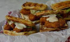 Chicken waffle burger - Ναι, είναι τόσο λαχταριστό όσο δείχνει Chicken And Waffles, Junk Food, Street Food, Sandwiches, Recipies, Cheese, Meat, Breakfast, Ethnic Recipes
