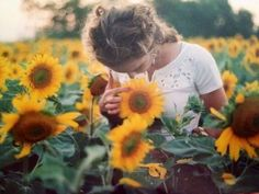 lovely photoshoot in a sunflower field Into The Wild, Fotos Goals, Sunflower Fields, Sunflower Patch, Sunflower Garden, Poses, Mellow Yellow, Senior Pictures, Senior Pics