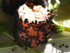 Laxrullar med pepparrot & svart sesamfrö