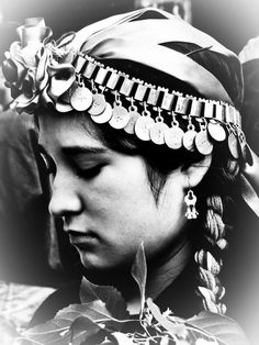 Foto de la semana...(Leo Kielberg Chekielberg Nieilsen & Idioma y Cultura Mapuche Facebook pages) Royal Photography, Black And White Photography, American Indians, Native American, Chile, Southern Cone, People Of The World, Girl Face, First Nations