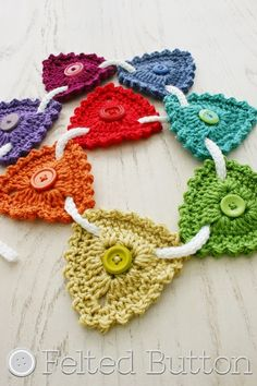 A free crochet pattern of a bunting. Do you also want to crochet this button bunting. Read more about the Free Crochet Pattern Button Bunting. Crochet Home, Love Crochet, Crochet Crafts, Yarn Crafts, Crochet Flowers, Crochet Projects, Stitch Crochet, Crochet Motif, Knit Crochet