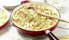 Das zarte Lachsfilet und eine Salatgurke in Stücke schneiden und beides nacheinander anbraten. Dann Creme fraîche, grobkörnigen Senf und Dill dazu geben.