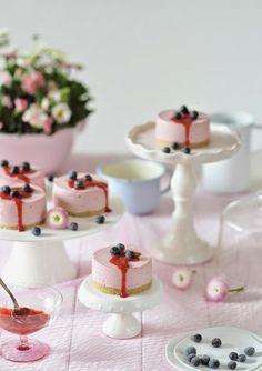 no bake strawberry cheesecake Mini Strawberry Cheesecake, Kawaii Cooking, Baked Strawberries, Fake Food, Eat Dessert First, My Tea, Mini Cakes, High Tea, Fun Desserts