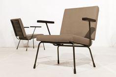 Set van 2; fauteuil model 415 (design Wim Rietveld -zoon van Gerrit Rietveld- voor Gispen in 1954), behoorde tot een serie 'meubelen voor het eenvoudige interieur'.  Rug en zitting zijn beide van gelakt plaatstaal en voorzien van een afneembare bekleding met een vulling van schuimrubber. De stoel heeft twee armleggers van bakeliet. Indicatie catawiki-veilingprijs ca. 500-750,- (2 tesamen)