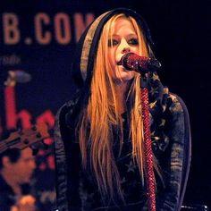 Avril Lavigne 2012 live singing