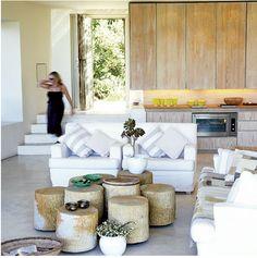 Esta casa foi projetada para criar baixo impacto ambiental. As venezianas e o revestimento externo foram feitos com galhos de euc...