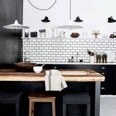 30 Examples Of Dark Interior Design That Proves Black Is Sometimes Best - UltraLinx Modern Kitchen Interiors, Dark Interiors, Interior Design Living Room, Kitchen Contemporary, Black Kitchen Cabinets, Black Kitchens, Home Kitchens, Kitchen Units, Wood Cabinets