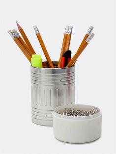 Pennenbak Potlood Artori - wit. Een hippe bureau accessoire die eruit ziet als een achterkant van een potlood, maar dan in  in XL formaat. De 2 bakjes bieden voldoende ruimte voor bijvoorbeeld pennen, potloden en paperclips. Super handig!