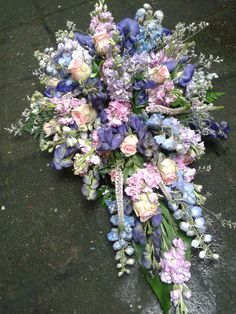 Gebruikte bloemen zijn o.a. delphinium, aconitum,violier en rozen in een wilde schikking. Funeral Flower Arrangements, Funeral Flowers, Purple Wedding Bouquets, Wedding Flowers, Memorial Flowers, Cut Flower Garden, Sympathy Flowers, Cut Flowers, Memorial Day