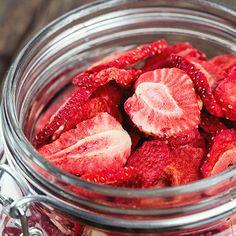 Mit Erdbeer-Chips könnt ihr die süßen Früchtchen noch lange genießen, nachdem die Saison vorbei ist.