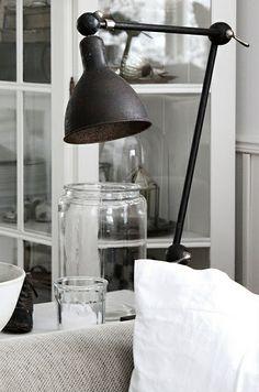 toinen vaihtoehto olisi sijoittaa sohva samalle seinälle ikkunan kanssa niin että vitriini tulisi vasten tumman harmaata seinää. väliin voisi laittaa baaripöydän. note to myself: muista tarkistaa miten pistorasioita on. voisiko baaripöydälle panna lampun?