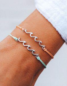 Bracelets Bleus, Bracelets Fins, Pura Vida Bracelets, Cute Bracelets, Ankle Bracelets, Summer Bracelets, Beachy Bracelets, Layered Bracelets, Silver Charms For Bracelets