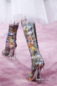 Les bottes futuristes du défilé Dior haute couture printemps-été 2015 http://www.vogue.fr/mode/news-mode/diaporama/les-bottes-futuristes-du-dfil-dior-haute-couture-printemps-t-2015/18761/carrousel#les-bottes-futuristes-du-dfil-dior-haute-couture-printemps-t-2015-entirement-brodes-de-paillettes