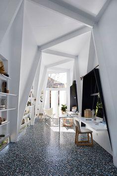 Белый интерьер офиса: асимметрия в дизайне