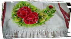 Toalha de louça com pintura de rosas vermelha. #CátiArtes
