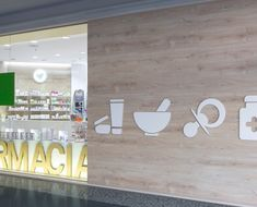 farmacia-el-saler-reforma-2 Pop Display, Display Design, Store Design, Pharmacy Store, Drug Store, Design Exterior, Hospital Design, Clinic Design, Store Windows