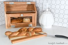 holz bauen Build a beautiful DIY bread box with the Kreg Jig. This large bread box has plenty of room for multiple loaves of bread and a pull-out cutting board shelf. Woodworking Projects Diy, Woodworking Jigs, Carpentry, Small Wood Projects, Diy Projects, Bread Storage, Box Building, Bread Boxes, Diy Cutting Board