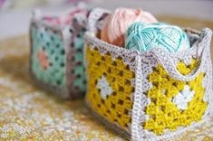 Granny Squares Crochet DIY Mini granny square crochet baskets {Guest post by Victoria from Vika Moka} - Pretty crochet baskets to get all of your supplies organized. This tutorial will take you through the step by step process on how to make your own! Crochet Diy, Crochet Home, Love Crochet, Crochet Crafts, Yarn Crafts, Crochet Projects, Crochet Bags, Craft Projects, Point Granny Au Crochet