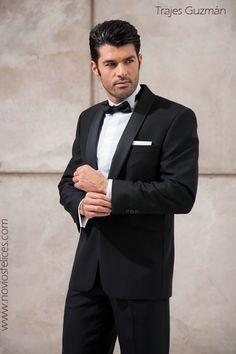 Esmoquin de novio en color negro, camisa blanca, corbatín de pajarita negro. Trajes Guzmán colección novios 2013/ SANDRA & VERONICA WEDDING PLANNERS