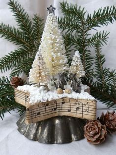Heres a collection of vintage Christmas tree decorating ideas for you if you love vintage you are bound to love vintage Christmas trees as well. They are ecstatic stunning elegant and traditional. Furthermore they can a pristine vintage touch to Christmas Projects, Winter Christmas, All Things Christmas, Christmas Holidays, Christmas Wreaths, Christmas Gifts, Christmas Ornaments, Half Christmas, Christmas Crunch