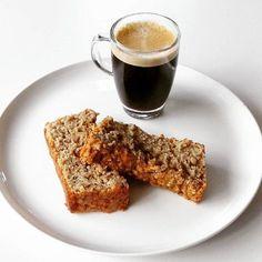 """Een brood/cake dat altijd lukt en lekker """"sticky"""" is. Heerlijk als ontbijt, snack of bij de koffie en thee Ingrediënten voor een normale cakevorm 2 rijpe bananen 100 gr havermout 1 appe…"""