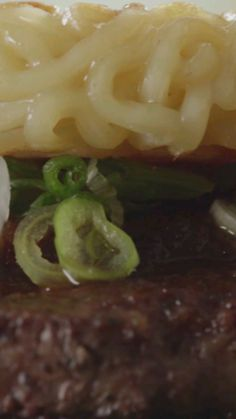 Two iconic dishes come together to make an enticing fusion known as the Ramen Burger. Cucumber Recipes, Lunch Recipes, Baby Food Recipes, Food Network Recipes, Dinner Recipes, Cooking Recipes, Food Baby, Cucumber Kimchi, Korean Cucumber