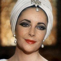 Oriente en tu cabeza | Revista Ellas | Panamá www.ellas.pa620 × 620Buscar por imagen Carey Mulligan en una escena de 'El Gran Gatsby', con una pañoleta a modo de turbante de los años 20. LA ELEGANCIA DEL TURBANTE - Buscar con Google
