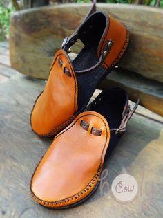 Crea Cuir, Orange Sandals, Beautiful Sandals, Stitching Leather, Orange Leather, Leather Craft, Leather Sandals, Leather Men, Dress Shoes