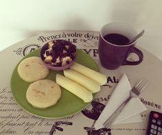 #healthybreakfast: porción de manzana con #AvenaEnHojuelas de @quakercolombia y #Arándanos, arepas de 🌽, quedó bajo en grasa de @alpinacol y café al mejor estilo Kankuamo! #FelizDomingo!!!