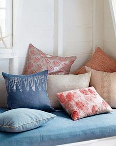 Se usan caracoles y otras costras marinas para hacer dibujos en los almohadones utilizándolas como si fueran un sello. ¡Lindo!