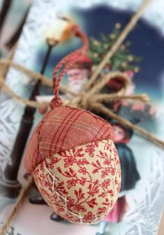Quilted Christmas Ornaments, Diy Christmas Ornaments, How To Make Ornaments, Christmas Tree Decorations, Holiday Crafts, Merry Christmas, Quilted Fabric Ornaments, Christmas Colors, Christmas Sewing Projects