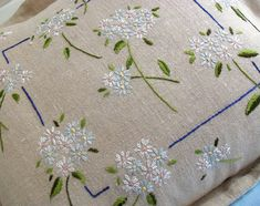Embroidered Daisies Pillow Pattern Instant par BustleandSew sur Etsy