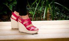 Sandalias de piel de cuña en color burdeos de Gioseppo