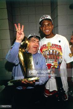 Fotografia de notícias : B.J. Armstrong of the Chicago Bulls celebrates...
