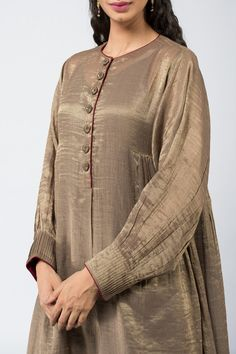 Good Earth brings you luxury design crafted by hand, inspired by nature and enchanted by history, celebrating India's rich history and culture through original, handcrafted products. Pakistani Fashion Casual, Pakistani Dresses Casual, Pakistani Dress Design, Indian Fashion, Women's Fashion, Fashion Trends, Neck Designs For Suits, Dress Neck Designs, Blouse Designs