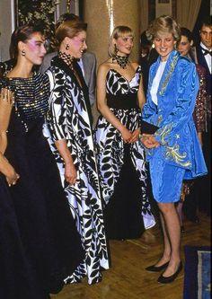 La princesse de Galles en train de discuter avec des modèles après un défilé de mode au Ritz, Madrid (22 avril 1987)