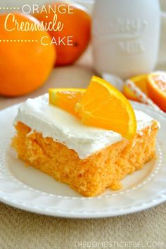This Skinny Orange Creamsicle Cake is a cake to behold! Bursting with juicy orange and sweet cream flavor, it's a classic that's been lightened-up to a figure-friendly recipe. Cake for dad Healthy Desserts, Just Desserts, Delicious Desserts, Yummy Food, Creamsicle Cake, Orange Creamsicle, Orange Juice, Cupcakes, Cupcake Cakes