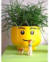 IKEA Ideen für Kinder: Ein gelber Blumentopf von IKEA wird zur schönen Dekoration im LEGO Kinderzimmer.