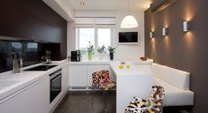 Small apartment is not a cause to break up a small kitchen. Small kitchen can also be beautiful and smart. Kitchen interior can be lustrous and colorful. Small kitchen can be not only light, but also can be important in darker shades to create the… Kitchen Design Small, Contemporary Kitchen, Kitchen Remodel, Kitchen Design, Kitchen Decor, Modern Kitchen, Apartment Design, Kitchen Interior, Beautiful Kitchens