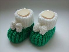 Shoes Knitted In Two Needles For Baby Knit Baby Shoes, Knit Baby Dress, Baby Boots, Baby Knitting Patterns, All Free Crochet, Crochet Baby, Baby Flip Flops, Baby Booties Free Pattern, Crochet Curtains