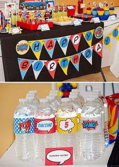 mesa decoración y botellitas de agua