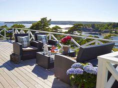 SPEKTAKULÆR UTSIKT: Fra terrassen foran hytta kan de nyte synet av sjø, båter og holmer.