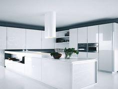 come dilatare lo spazio in cucina con il total look bianco http