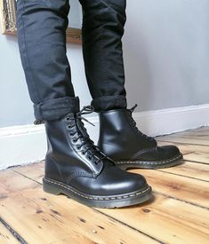 Doc Martens have been in style for almost 60 years, discover what made them so popular. We also discuss how to wear them in style! Doc Martens Stiefel, Doc Martens Boots, Dr Martens Outfit, Dr Martens Men, Dr Martens 1460, Grunge Boots, Estilo Rock, Mens Boots Fashion, Herren Outfit