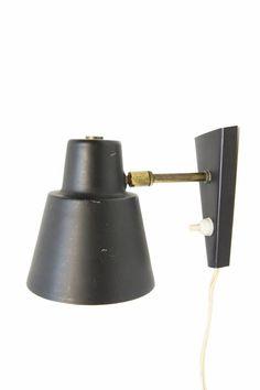 € 45,00 - Hala wandlampje, klein muur spotje van zwart metaal. Het aan en uit knopje zit op het wandarmatuur. Het kopje kan gericht worden. Ook leuk als slaapkamer leeslampje in de kinderkamer.