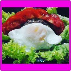 Salada linda que mamis fez pra mim com hamburguer saudável e ovo frito sem óleo ! #90diasrosa #emagrecendocomsaúde #rosaepontoblog #boanoite #janta #salada #lowcarb #nofoco by maianakern