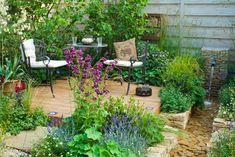 Na stinném místě zkuste vytvořit klidné posezení obklopené trvalkovými výsadbami.
